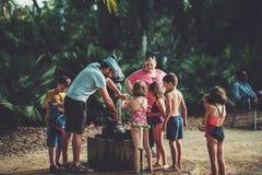 De kinderen in park dichtbij water onttrekken royalty-vrije stock afbeelding