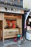 De kinderen parkeerden hun fiets voor een winkel (Japan) Stock Foto's