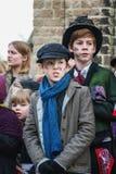 De kinderen presteren in een musical tijdens het Dickens-Festival Stock Foto's
