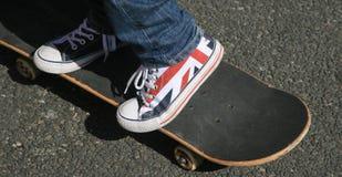 De kinderen rijden met een skateboard Royalty-vrije Stock Foto