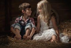 De kinderen rusten het liggen op stro Royalty-vrije Stock Fotografie