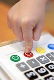 De kinderen` s hand perst knoopcalculator uit Stock Foto