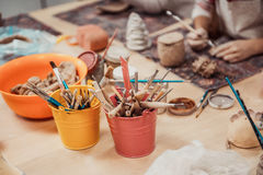 De kinderen` s handen beeldhouwt royalty-vrije stock afbeeldingen