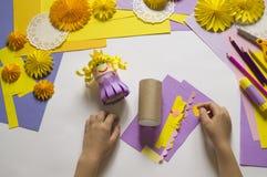 De kinderen` s handen maken een prinses van document Handig voor een partij royalty-vrije stock afbeeldingen