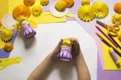 De kinderen` s handen maken een prinses van document Handig voor een partij stock afbeeldingen