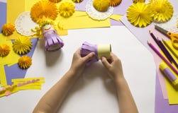 De kinderen` s handen maken een prinses van document Handig voor een partij royalty-vrije stock afbeelding