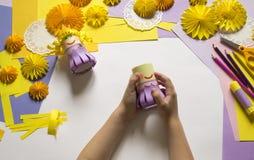 De kinderen` s handen maken een prinses van document Handig voor een partij stock foto's