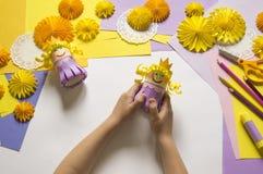 De kinderen` s handen maken een prinses van document Handig voor een partij stock foto