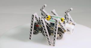 De kinderen` s ontwerper in de vorm van een spin draait rond zijn as stock footage