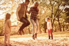 De kinderen` s spelen van de oudersliefde royalty-vrije stock foto's