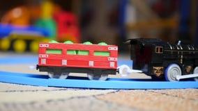 De kinderen` s spoorweg Jonge geitjesspeelgoed Close-up stock videobeelden
