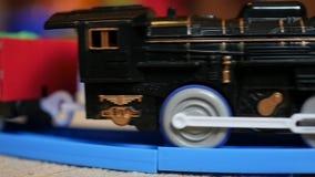 De kinderen` s spoorweg Jonge geitjesspeelgoed Close-up stock footage