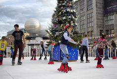 De kinderen schaatsen bij de Vieringen van de de Stadsdag van Moskou Stock Foto