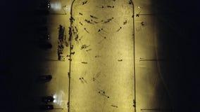 De kinderen schaatsen op de ijsbaan stock video