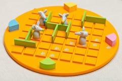 De kinderen schepen het Jonge geitje van spelquoridor in Stock Fotografie