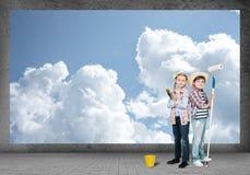 De kinderen schildert de muur Royalty-vrije Stock Foto