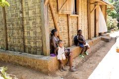 De Kinderen in school tijdens pauze, Madagascar stock foto