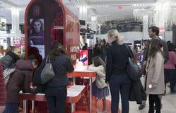 De kinderen schrijven brieven aan Kerstman in Macy in NYC Stock Afbeeldingen