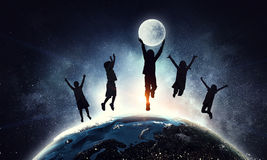 De kinderen silhouetteren op de nachtachtergrond Gemengde media Royalty-vrije Stock Fotografie