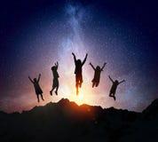 De kinderen silhouetteren op de nachtachtergrond Gemengde media Stock Foto's