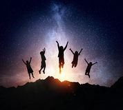 De kinderen silhouetteren op de nachtachtergrond Gemengde media Royalty-vrije Stock Afbeelding