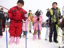 De kinderen skiån Royalty-vrije Stock Afbeeldingen