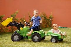 De kinderen spelen in de tuin Stock Foto