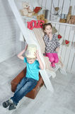 De kinderen spelen dichtbij de Treden Stock Foto's