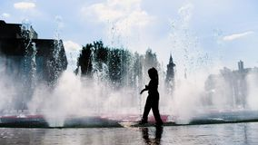 De kinderen spelen dichtbij de fontein stock videobeelden
