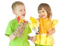 De kinderen spelen een marionettentheater Stock Foto