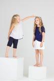 De kinderen spelen en glimlachen Royalty-vrije Stock Afbeeldingen