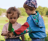 De kinderen spelen gekleurd speelgoed (1) Stock Afbeeldingen