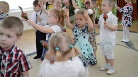 De kinderen spelen de houten lepels Ochtendprestaties in kleuterschool stock videobeelden