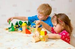De kinderen spelen kubus Royalty-vrije Stock Afbeeldingen