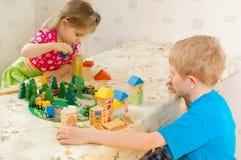 De kinderen spelen kubussen Royalty-vrije Stock Foto