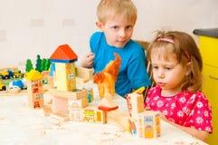 De kinderen spelen kubussen Royalty-vrije Stock Afbeeldingen