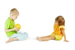 De kinderen spelen met een bal Stock Foto