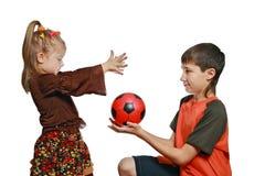 De kinderen spelen met een bal royalty-vrije stock afbeeldingen