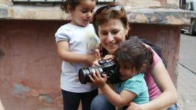 De kinderen spelen met een meisjesfotograaf stock video