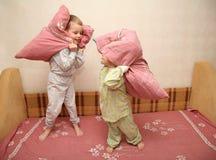 De kinderen spelen met hoofdkussens Stock Fotografie