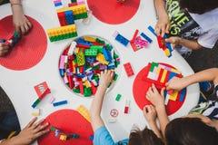 De kinderen spelen met Lego-bakstenen in Milaan, Italië royalty-vrije stock foto's