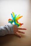 De kinderen spelen met schaar Stock Foto