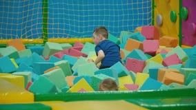 De kinderen spelen met zachte kubussen stock videobeelden