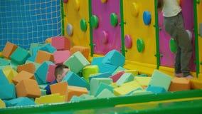 De kinderen spelen met zachte kubussen stock footage