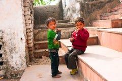 De kinderen spelen op de oude stadsstappen Stock Fotografie