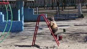 De kinderen spelen op de speelplaats stock footage