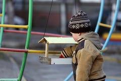 De kinderen spelen op de speelplaats Stock Afbeeldingen