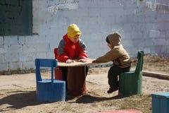 De kinderen spelen op de speelplaats Royalty-vrije Stock Foto