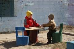 De kinderen spelen op de speelplaats Royalty-vrije Stock Afbeelding
