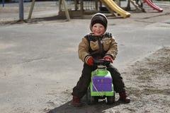 De kinderen spelen op de speelplaats Royalty-vrije Stock Foto's